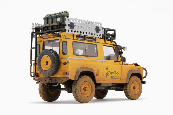 "1/18 LAND ROVER DEFENDER 90 ""CAMEL TROPHY"" Borneo 1985 DIRTY VERSION von ALMOST REAL 810212 LE 999"